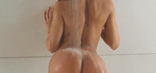 Fille nue sexy sous la douche