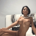 Une camgirl ultra sexy danse topless sur son lit
