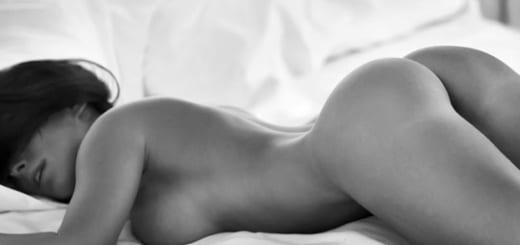 fille gros seins allongée nue