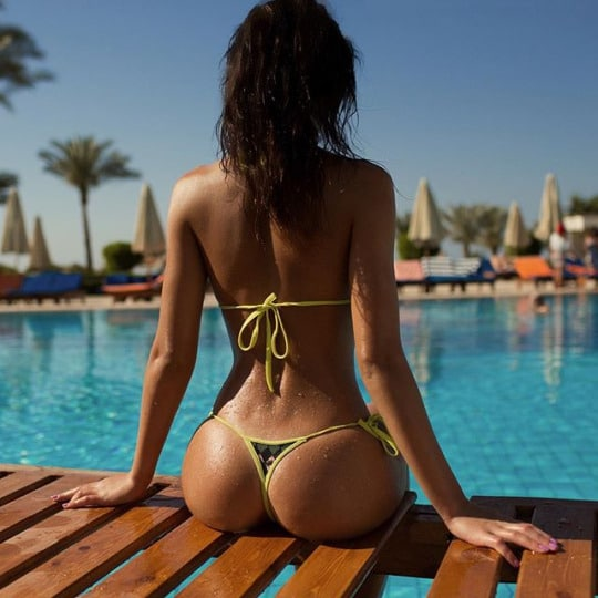 fille sexy en string au bord de la piscine