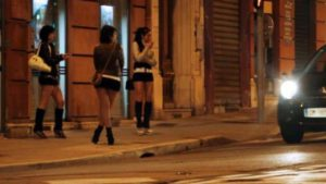 Sur le boulevard Barbès, de nombreuses prostituées black, souvent en situation irrégulière, vendent leur corps pour quelques euros.