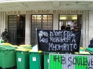 """Banderolle """"on n'est pas les kekekeh à mojito"""" à la sortie d'un lycée."""