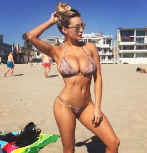 lindsey pelas sexy sur la plage