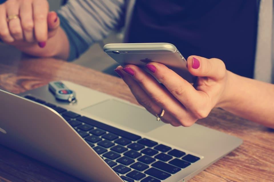 SMS, Tinder, Snapchat… Comment draguer avec son téléphone ?