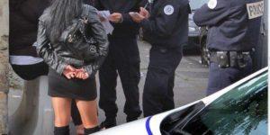 Partout dans Paris les prostituées sont surveillées de près par la police.