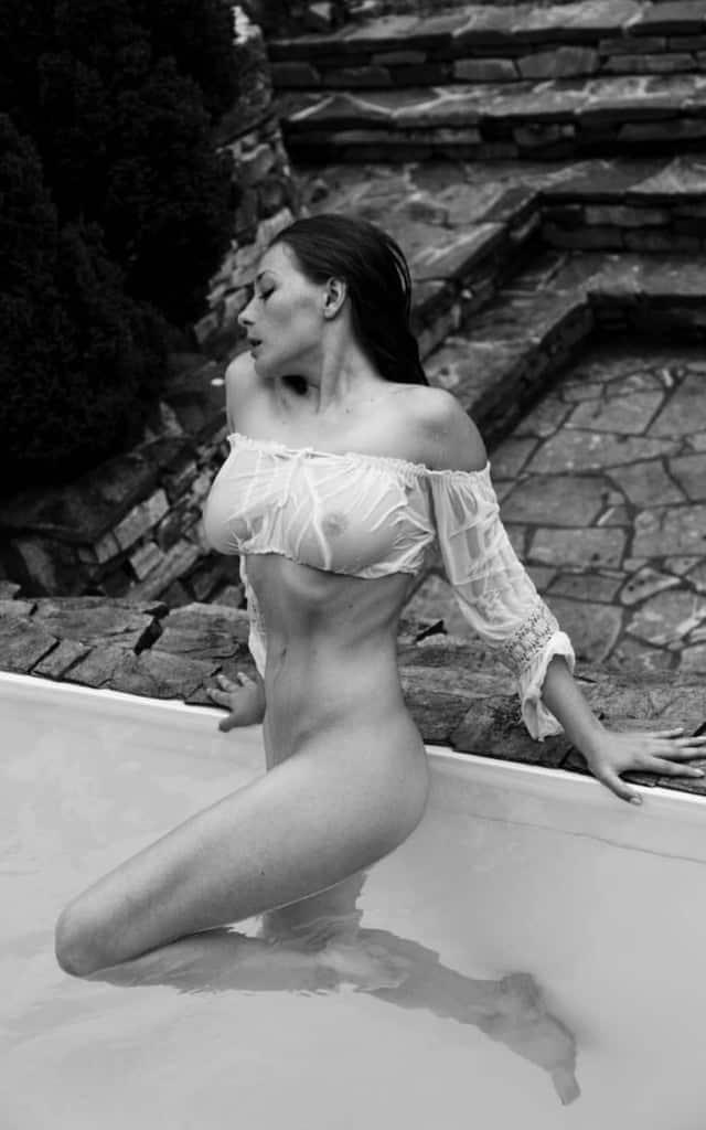 Olga Kobzar – La Playmate aux gros seins qui affole internet