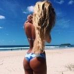 Fille au cul super sexy en string sur la plage