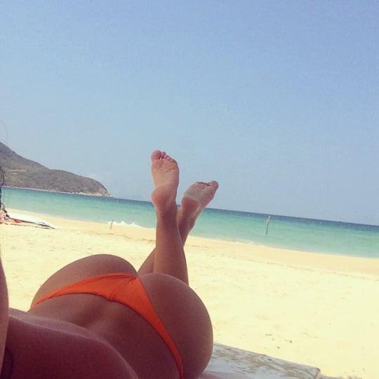 Photo d'une fille sexy en string et d'un cul de rêve sur la plage