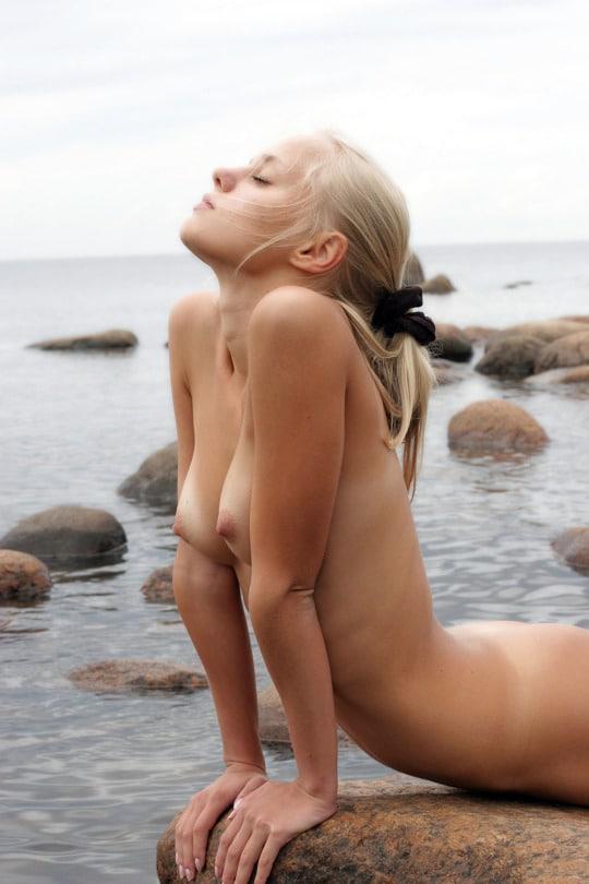 Photo d'une sirène topless échouée sur les rochers