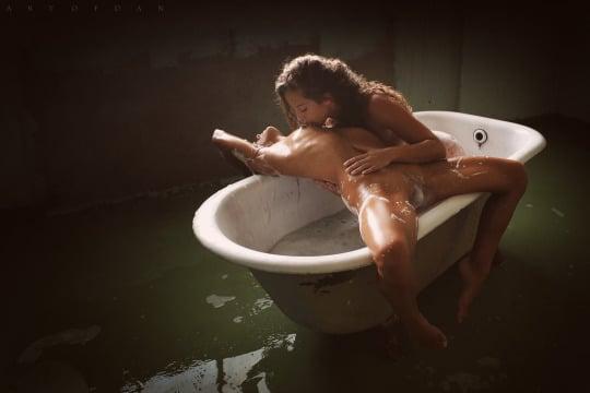 lesbienne font l'amour dans leur bain (4)