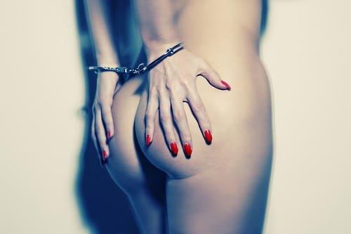 Photo artistique d'une fille menottée et cul nu
